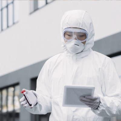 Médico infectologista com amostra de teste do Coronavírus